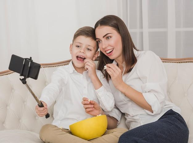 Счастливая мать и сын, принимая селфи