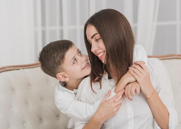 愛らしい小さな男の子と彼の母親