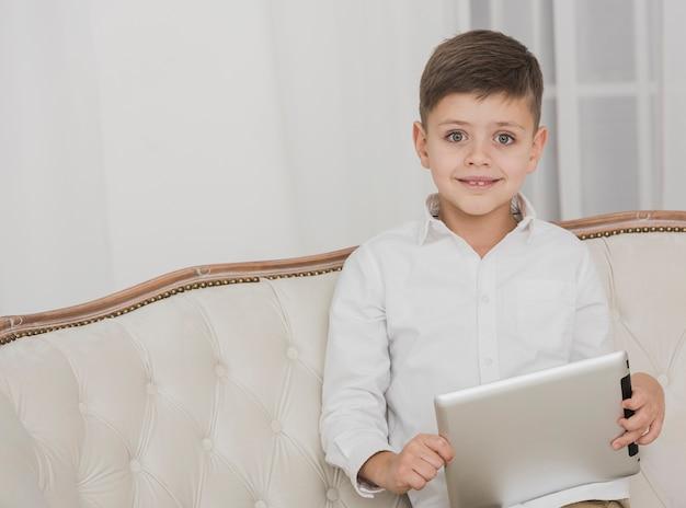 Портрет молодого мальчика с планшетом