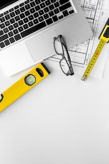 技術計画図面と眼鏡付きノートパソコン