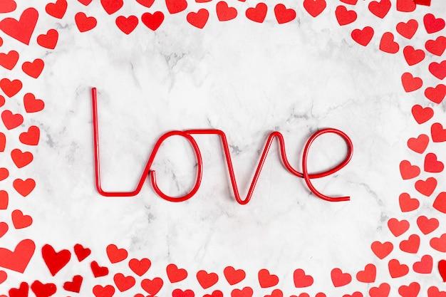 Вид сверху любовное украшение с сердечками