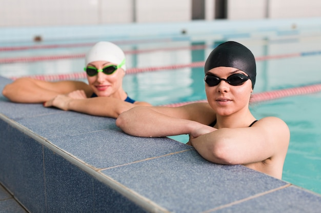 Здоровые профессиональные пловцы отдыхают