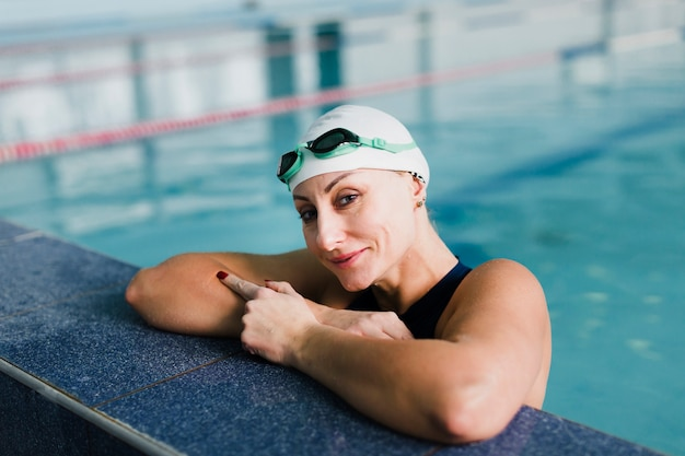 Красивый пловец отдыхает в бассейне