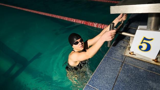 プロの水泳選手がレースの準備