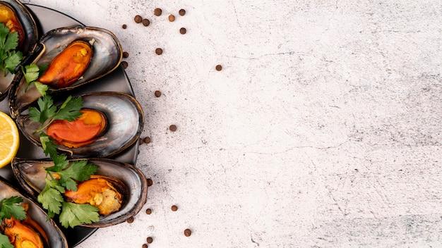 コピースペースで健康的なムール貝の前菜