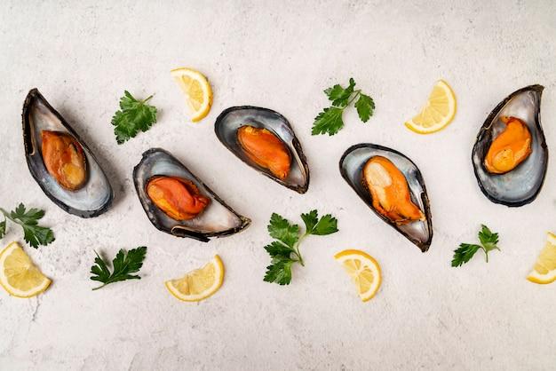 ムール貝と新鮮なレモンフラットレイアウト