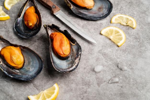 地中海のムール貝とレモンをクローズアップ