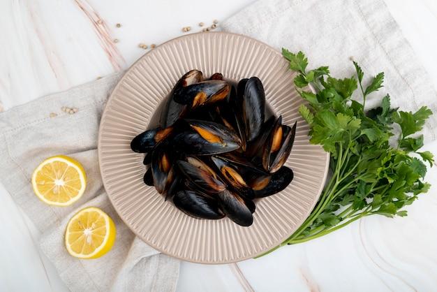 Плоские лежали средиземноморские мидии с лимоном