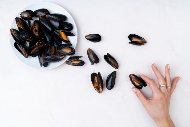 ムール貝を持っている手の平面図