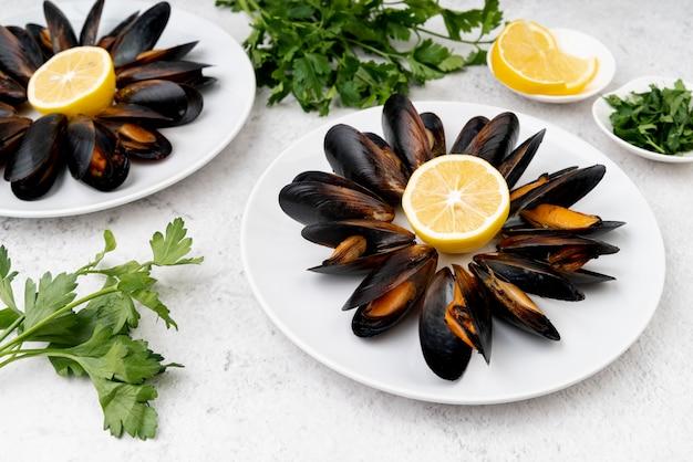 健康的なムール貝と新鮮なレモン