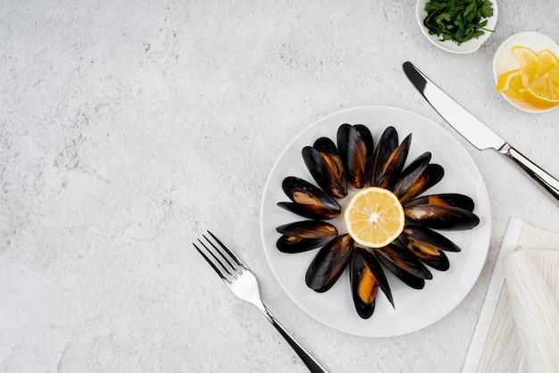 カトラリーと調理されたムール貝のトップビュー