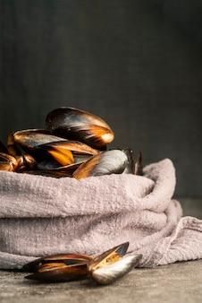 テーブルクロスに包まれた正面のムール貝
