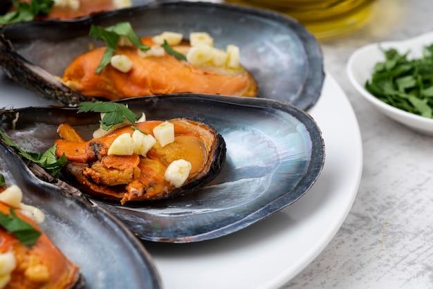 調理されたシーフードムール貝のクローズアップ