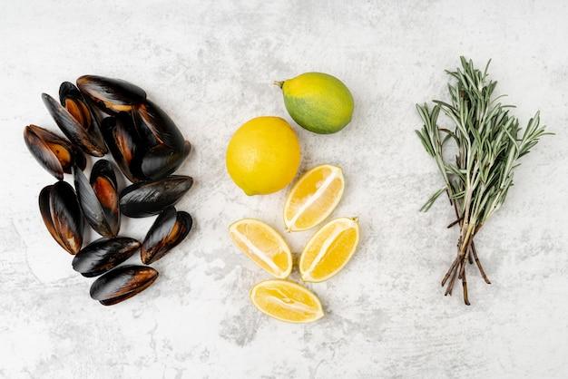Мидии с лимоном и зеленью