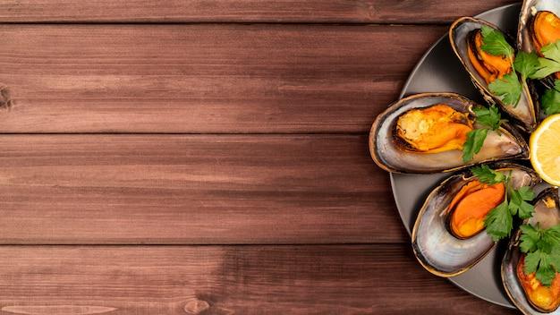 Вкусное блюдо из мидий на деревянном столе