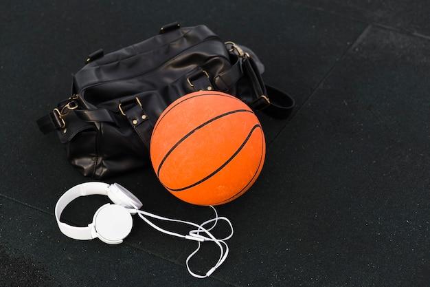 Спортивная сумка и баскетбол