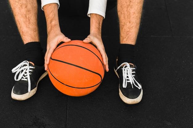 バスケットボールを保持しているバスケットボール選手