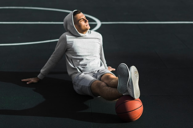 コートでリラックスしたバスケットボール選手