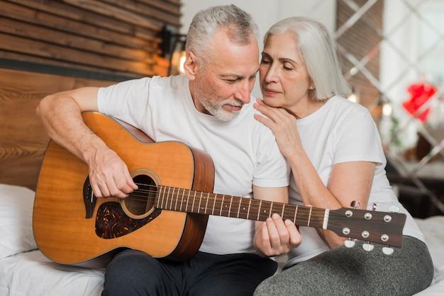 夫が妻のために歌を捧げる