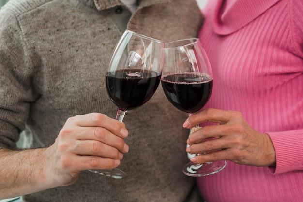 Крупным планом пожилые супружеские пары, пить вино