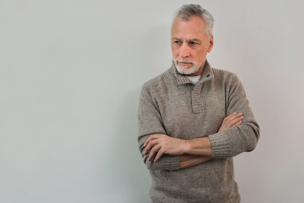 白い背景の上の肖像画年配の男性
