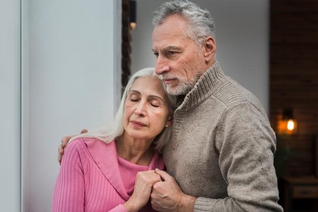 バレンタインの日に高齢者のカップル
