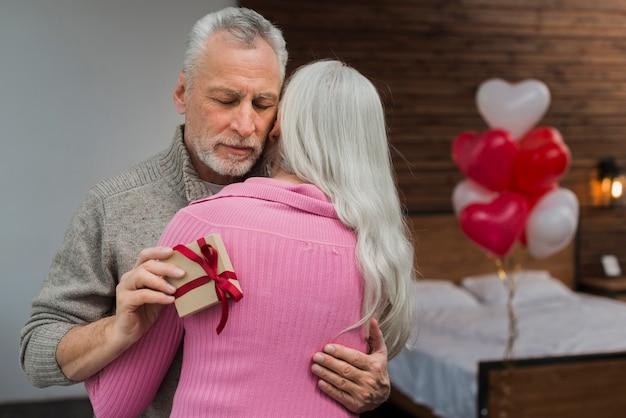 バレンタインの日に年配のカップル