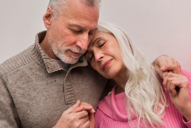 ローアングルの素敵な年配のカップル