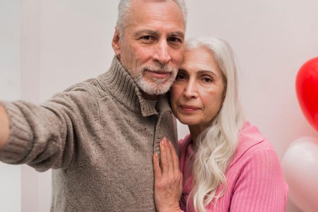 年配のカップルが写真を撮る