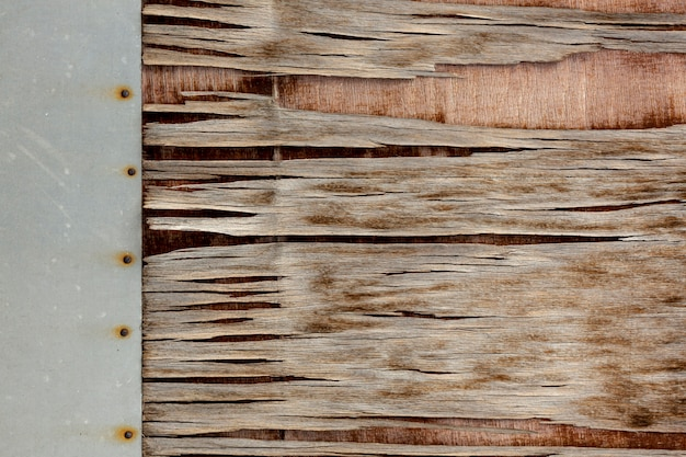 Щепа на старой поверхности с гвоздями