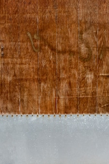 穴とレトロな木製の表面