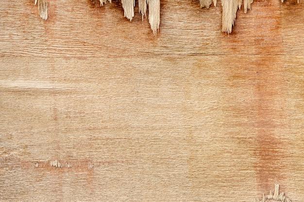 チッピングで磨耗した木製の表面