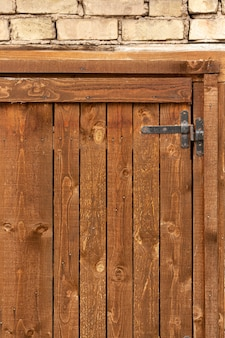 ヴィンテージの表面を持つ木材とレンガ