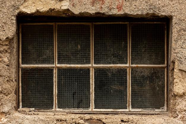 セメントでヴィンテージの汚い窓