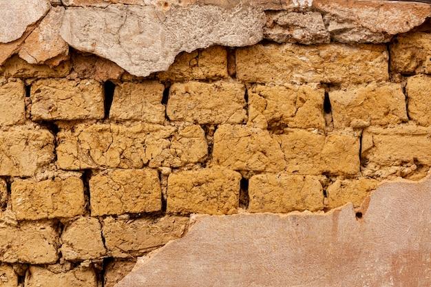 Открытая кирпичная стена с цементом