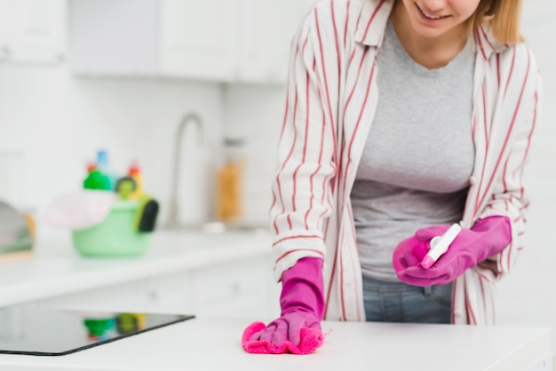 Крупным планом женщина делает работу по дому