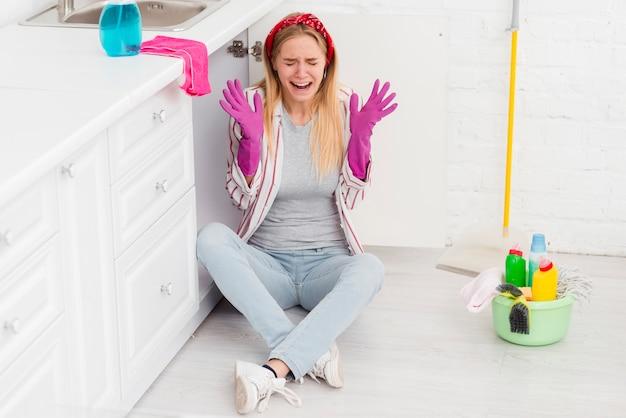 Высокий угол очистки молодая женщина