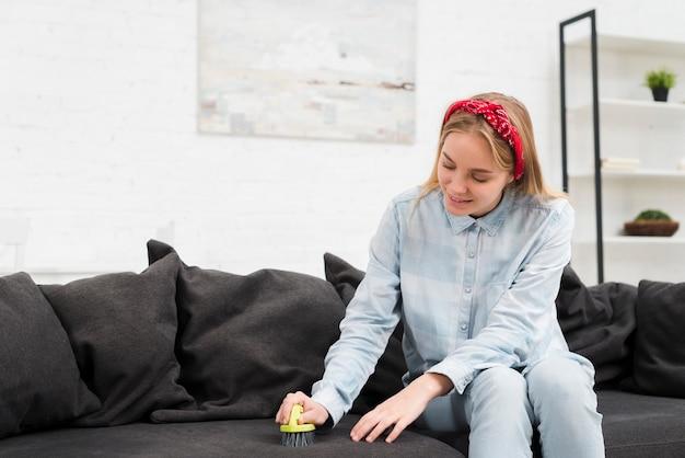 高角度の女性クリーニングソファ