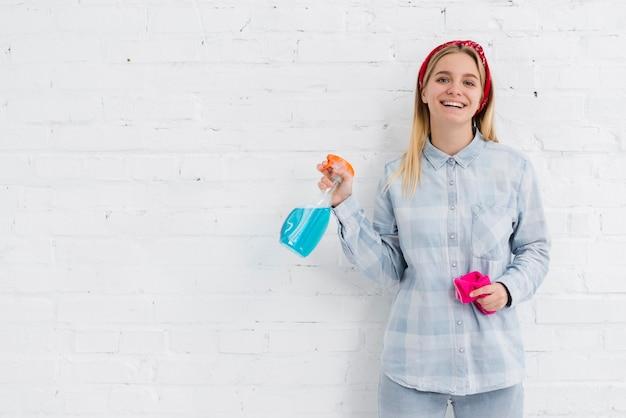 クリーニング製品を持つコピースペース女性