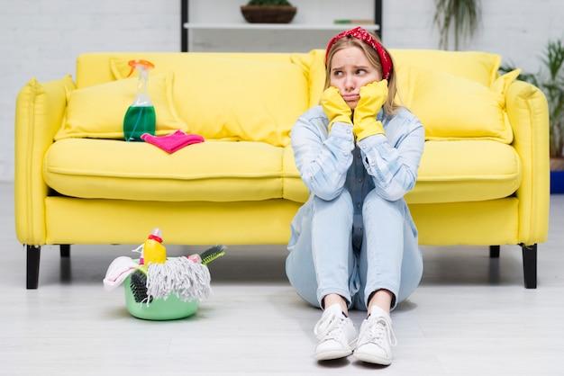 Молодая женщина беспокоится о уборке