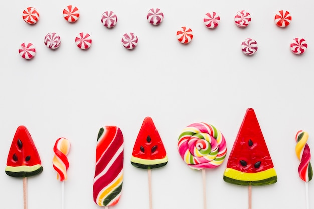 Вкусные леденцы и сладости на белом столе
