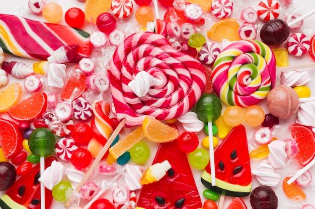 Вид сверху кучу разноцветных конфет