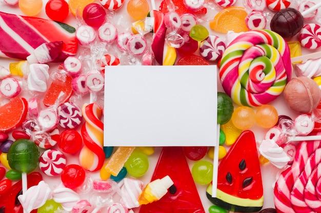 空白のカードとカラフルでおいしいお菓子