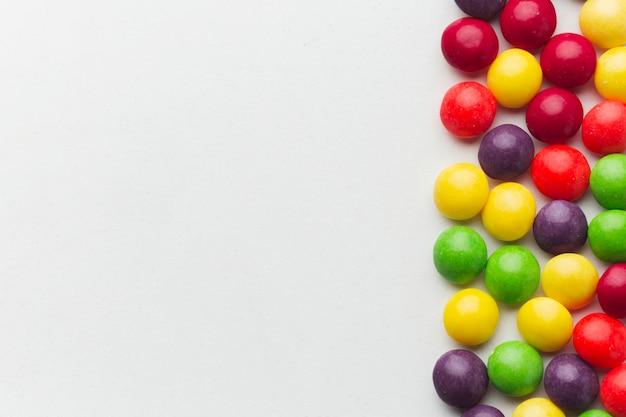 コピースペースでカラフルなキャンディー