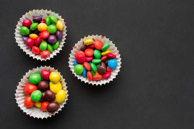 Вкусные сладости на черном столе