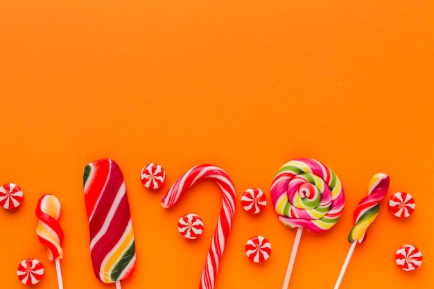 Вид сверху сладости на оранжевом столе