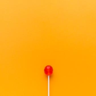 オレンジ色のテーブルにおいしいロリポップ