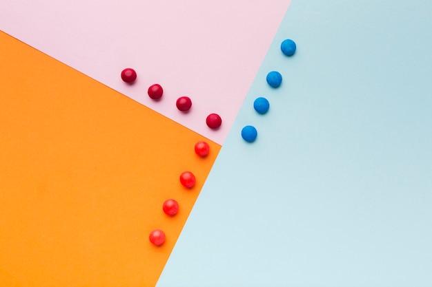Вид сверху сладости на красочном столе