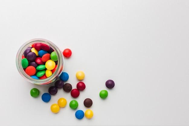Вид сверху сладости в стакане на белом столе
