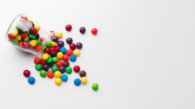 Вид сверху разлитой конфетной банки
